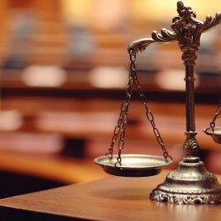 AS VESTES DO DIRETO E DA JUSTIÇA